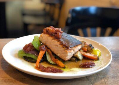 Steak z lososa, grilovaná zelenina